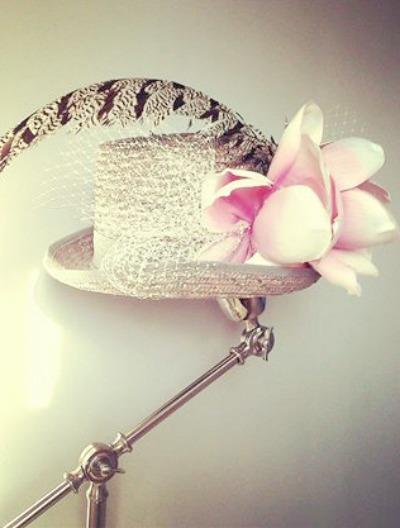Quieres ser la más chic de la boda? Atrévete con esta exclusiva chistera gris de Lamatte con magnolia en rosas y velo gris Es simplemente impresionante , y si quieres combinarla con otra flor, ponte en contacto con nosotras y te aconsejaremos según estilismo