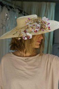 Preciosa pamela exclusiva de diseño Lamatte está confeccionada en paja natural con adorno de flor de almendro. Ideal para la invida perfecta! Si la necesitas en otros colores puedes consultarnos