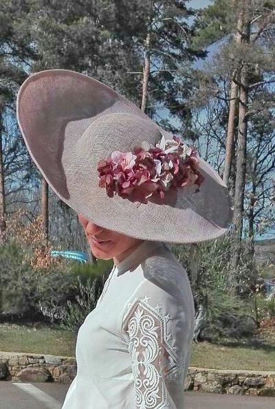 Pamela inclinada nude empolvado con flores