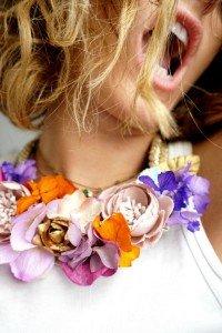 Nos encanta que te gusten los complementos para invitada perfecta como este collar Spring de flores exclusivo de Lamatte para tí