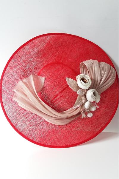 Nos encanta esta pamela roja con lazada de seda en rosa nude y flores en beige y rosa. Es ideal para vestido tipo cóctel, para bodas de día. El color es muy fácil de combinar para vestidos tostados, rojos o nude, y la forma de la copa, hace que se adapte a la cabeza permitiendo el movimiento y resultando verdaderamente una pamela muy cómoda
