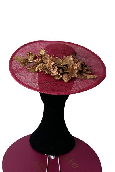 Esta pamela buganvilla con flores doradas , es ideal para vestido tipo cóctel, para bodas de día. El color es muy favorecedor, y la forma de la copa, hace que se adapte a la cabeza permitiendo el movimiento y resultando verdaderamente una pamela muy cómoda