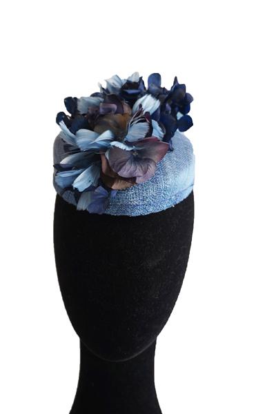 Si quieres estilo, elegancia... este es tu tocado. Se trata de un casquete en forma de lágrima que al tener la parte trasera más alta, estiliza aportando altura. El colores es un azul de seda con doble hilo combinado con hortensias naturales , preservadas y teñidas, pétalos de hortensia confeccionados en plumas y en telas degradé