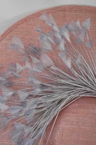 Si quieres ser la más elegante de la boda, esta es tu pamela Lamatte Se trata de una pamela de ala ancha y copa baja con sujección de diadema y elástico para que además de elegante , estés cómoda durante todo el evento Su color en base resulta muy combinable para cualquier vestido o traje tipo cóctel, así como para monos y midis. La pluma en tono gris perla, está diseñada en forma y color para que se abra como un abanico e inspire esa elegancia del pavo real sin necesidad de cargar con mucha cantidad . Perfecta para tus bodas, combinadas con tonos pasteles Puedes combinarla con las plumas de otros colores así como otra base de diferente tonalidad