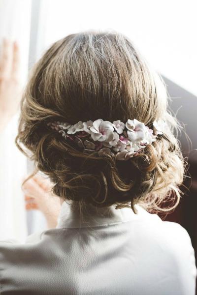Tocado de novia realizado en porcelana con flores en degradé de rosa a blanco