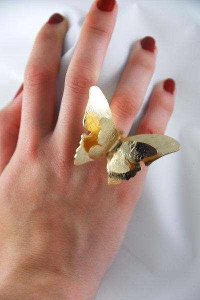 Mariposas en tus manos... precioso, elegante , y muy chic!