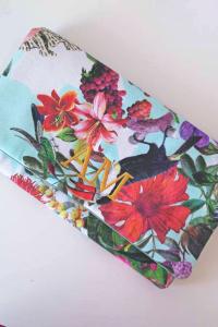 Si estás buscando un complemento que te combine a la perfección, te presentamos esta cartera con iniciales bordadas estampada Las realizamos a medida, tanto el tejido, como el tamaño, así que consúltanos sobre lo que necesitas, el color de tu vestido, zapatos.... y te asesoraremos También podemos personalizar los charms, con botonaduras, borlones, flores.... Con o sin iniciales En Lamatte, te damos la opción de personalizar todas nuestras piezas. Si te gusta el modelo pero crees que los tonos o algún elemento no combinaría con tu look, no lo dudes y contacta con nosotros. Tenemos todas las opciones para tí, y estaremos encantadas de ayudarte a que sea tu complemento perfecto acorde con el resto del estilismo. Podemos proponerte otros tonos de plumas, de flores…. Piensa que no todo está en la web! En Lamatte, todas piezas son artesanales. Nuestra filosofía es crear desde la belleza para la Belleza , por eso cuidamos cada detalle de tu pamela o tocado, utilizando preferiblemente materiales sostenibles y siempre primando la calidad, el diseño exclusivo y la autenticidad. Cada puntada, cada elemento cuenta, y se diseña con el tiempo y dedicación que se merece, que tú te mereces, para ser la invitada perfecta de la boda o evento