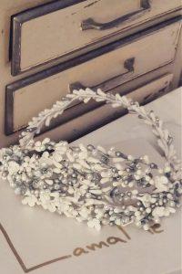 Preciosa esta Corona joya blanco y plata elaborada en diferenes materiales Si eres novia, y buscas un complemento elegante, sencillo pero vistoso, esta corona es tu complementos perfecto En Lamatte, te damos la opción de personalizar todas nuestras piezas. Si te gusta el modelo pero crees que los tonos o algún elemento no combinaría con tu look, no lo dudes y contacta con nosotros. Tenemos todas las opciones para tí, y estaremos encantadas de ayudarte a que sea tu complemento perfecto acorde con el resto del estilismo. Podemos proponerte otros tonos de plumas, de flores…. Piensa que no todo está en la web! En Lamatte, todas piezas son artesanales. Nuestra filosofía es crear desde la belleza para la Belleza , por eso cuidamos cada detalle de tu pamela o tocado, utilizando preferiblemente materiales sostenibles y siempre primando la calidad, el diseño exclusivo y la autenticidad. Cada puntada, cada elemento cuenta, y se diseña con el tiempo y dedicación que se merece, que tú te mereces, para ser la invitada perfecta de la boda o evento