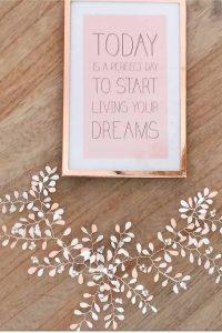 Tocado de esmalte rosa y blanco Está confeccionado para que puedas ajustarlo a tu peinado, doblándolo y manipulando cada una de las ramas entre tu cabello. Totalmente flexible y muy muy ligero
