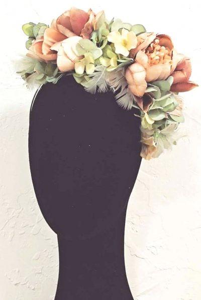 Dulce y de invitada perfecta, así es esta Tiara de Peonías y Plumas, en colores pasteles, rosa empolvado y verdes agua En Lamatte, te damos la opción de personalizar todas nuestras piezas. Si te gusta el modelo pero crees que los tonos o algún elemento no combinaría con tu look, no lo dudes y contacta con nosotros. Tenemos todas las opciones para tí, y estaremos encantadas de ayudarte a que sea tu complemento perfecto acorde con el resto del estilismo. Podemos proponerte otros tonos de plumas, de flores…. Piensa que no todo está en la web!