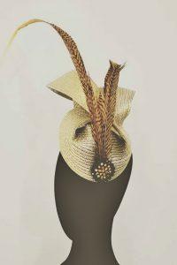 Tocado dorado con plumas de tigre , es una pieza muy especial realizada con diferentes materiales para una invitada perfecta y con mucho estilo. Si necesitas otros colores o modo de sujección, consúltanos y te lo preparamos a medida