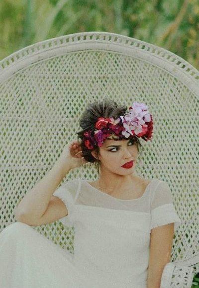 Para novias atrevidas, con un poco de color, creamos la Corona de flores Davinia, esta tiara dorada con flores bohemian te va a encantar El dibujo de la tiara realizado en metal dorado, forma hojas que van subiendo en progresión hasta el centro de la cabeza para aportar altura . Las flores se supoerponen en diferentes materiales, terciopelo, tela... con colores silvestres entre verdes y rosas, buganvillas y tostados
