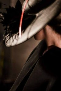 Pamela negra con plumas negras una combinación perfecta de elegancia La pluma negra puede convertirse en diadema para que puedas cambiarte en algún momento de la boda y eliminar la parte de pamela El elemento que lo atraviesa puedes elegirlo en diferentes colores. Anótalo en la parte de Comentarios al realizar tu compra