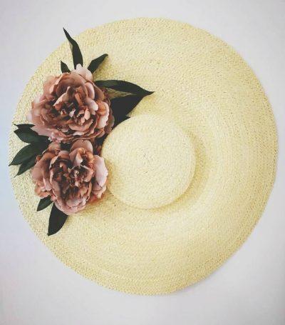 Para looks súper elegantes, si eres la invitada perfecta y quieres una pamela muy chic, puedes combinarla con otros colores de flores tu look así es esta Pamela Toulouse