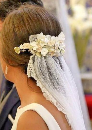 Tocado de flores de porcelana en tonos blanco, verdes y cobre Está confeccionado para que puedas ajustarlo a tu peinado, doblándolo y manipulando cada una de las ramas entre tu cabello. Totalmente flexible y muy muy ligero