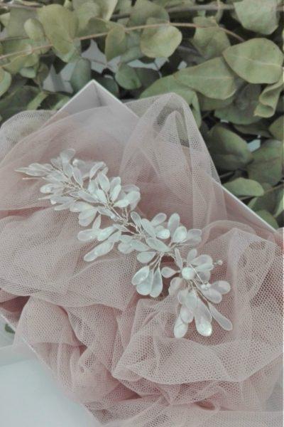 Para la novia sencilla pero muy chic, hemos creado este tocado de esmalte blanco nácar que te aportará una luz para estar más radiante aún el día de tu boda.