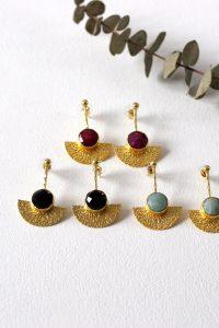 Los pendientes GIENNA son unos pendientes de latón chapado en oro con un precioso diseño de inspiración egipcio y con piedra de color