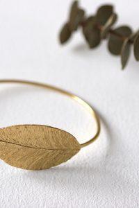La pulsera HAMAL es de bronce chapado en oro con un precioso diseño de inspiración egipcio en forma de hoja Su medida aproximada es el 45x26 mm Es una pulsera preciosa que combina a la perfección con los pendientes HYDRA o ANAK Pertenece a la colección cápsula ASTREA de Lamatte by Virutitas Todos los pendientes de esta colección están confeccionados de manera artesanal en bronce chapado en oro de 24k