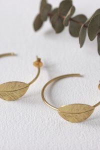 Los pendientes HYDRAson unos pendientes de bronce chapado en oro con un precioso diseño de inspiración egipcio en forma de hoja