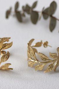 Los pendientes LYRA son de bronce chapado en oro con un precioso diseño de inspiración egipcio en forma de hojas Su medida aproximada es 31x28mm Son unos pendientes preciosos que combinan a la perfección con las pulseras de la colección Pertenece a la colección cápsula ASTREA de Lamatte by Virutitas Todos los pendientes y pulseras de esta colección están confeccionados de manera artesanal en bronce chapado en oro de 24k