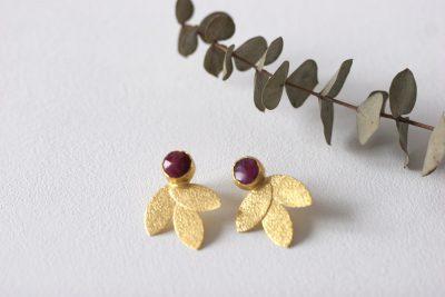 Los pendientes NAIR son unos pendientes de latón chapado en oro con un precioso diseño de inspiración egipcio y con piedra de color