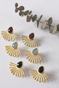 Los pendientes ASTREA son unos pendientes de latón chapado en oro con un precioso diseño de inspiración egipcio y con piedra de color