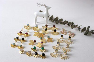 Los pendientes de esta colección son unos pendientes de latón chapado en oro con un precioso diseño de inspiración egipcio y con piedra de color