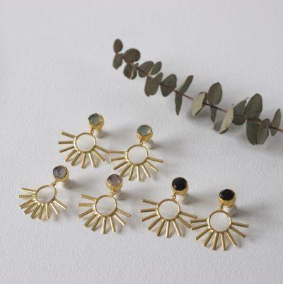 Los pendientes KAUS son unos pendientes de latón chapado en oro con un precioso diseño de inspiración egipcio y con piedra de color