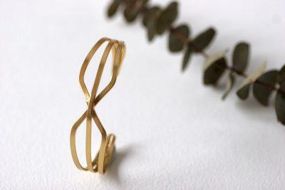 La pulsera NAOS es de bronce chapado en oro con un precioso diseño de inspiración egipcia