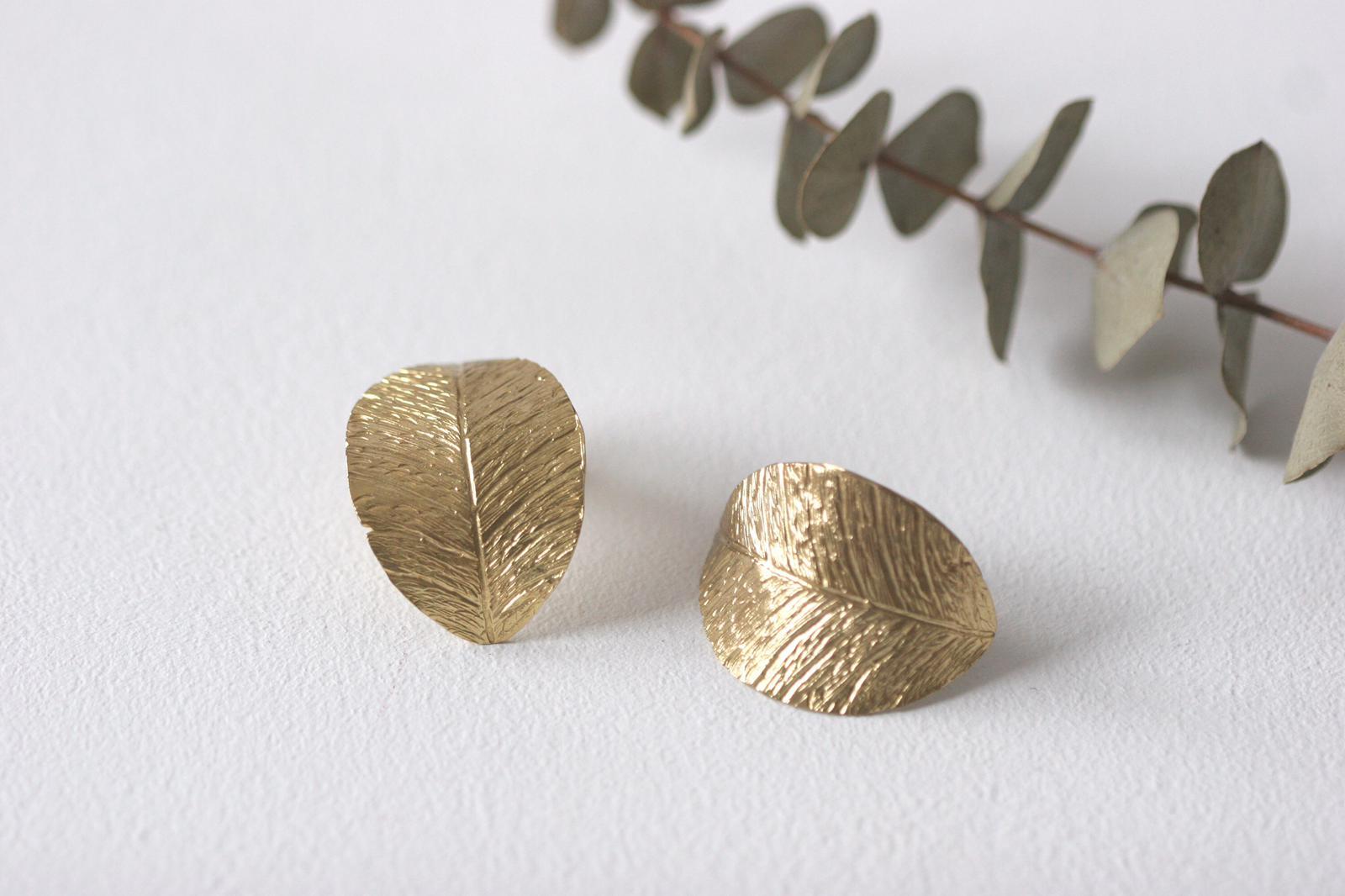 1d3d803e06ad Los pendientes de hoja Anak son unos pendientes de latón chapado en oro de  forma de