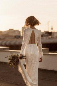 Modelo Intropia MyFair , confeccionado en algodón. Un precioso vestido para una novia muy chic, con una espalda al aire y un delantero abotonado Ideal para una novia de primavera/otoño, por su manga larga. Disponible talla 38-40