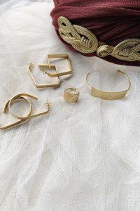 La pulsera AROA de bronce chapado en oro con un precioso diseño de inspiración egipcio Ideal para tus looks de invitada perfecta Pertenece a la colección cápsula ASTREA de Lamatte by Virutitas Todas piezas de esta colección están confeccionados de manera artesanal en bronce chapado en oro de 24k Ideal para combinar con los pendientes y el anillo de su colección