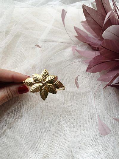 La pulsera Flor Astrea de bronce chapado en oro con un precioso diseño de inspiración egipcio Ideal para tus looks de invitada perfecta Pertenece a la colección cápsula ASTREA de Lamatte by Virutitas Todas piezas de esta colección están confeccionados de manera artesanal en bronce chapado en oro de 24k