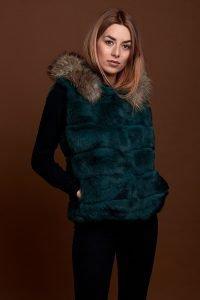 Super ideal, este chaleco verde en piel de conejo con bolsillos. Precioso para combinar con tus looks más casual o con los vestidos en tus eventos y ser la invitada perfecta