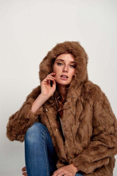 Super ideal, este abrigo BEIGE en piel de conejo con bolsillos y capucha. Precioso para combinar con tus looks más casual o con los vestidos en tus eventos y ser la invitada perfecta