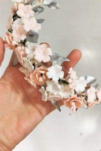 Tocado en tonos plateados, marfil y rosa para colocar sobre el velo o recogido y aportar un color romanticismo a tu look de novia
