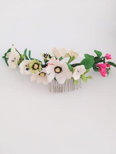 Tocado Primavera , creado para aportar color a tu estilismo de novia más alegre, más primaveral.
