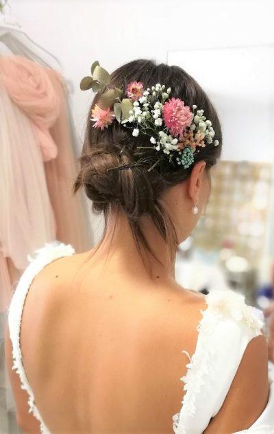 Loila novia , una combinación de flores preservadas que puedes combinar a tu gusto y disponer sobre tu peinado como lo necesites. Una opción preciosa para novias muy chic