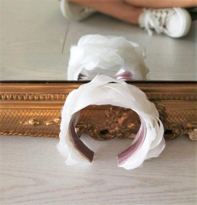 Una diadema confeccionada en plumas escogidas de oca, limpiadas y tratadas para que se adapten a la forma de tu cabeza. Puedes combinar varios colores y elegir el ancho máximo que necesitas. Una diadema preciosa para una novia muy dulce